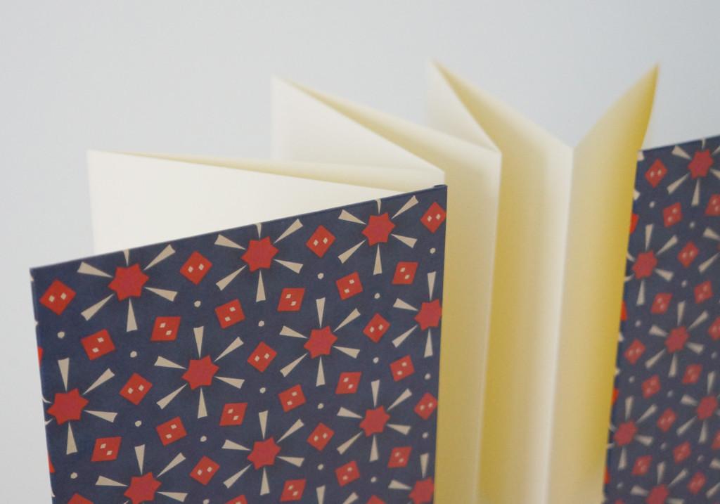 handgebundenes Leporelle - Hochformat - aus-papier.de